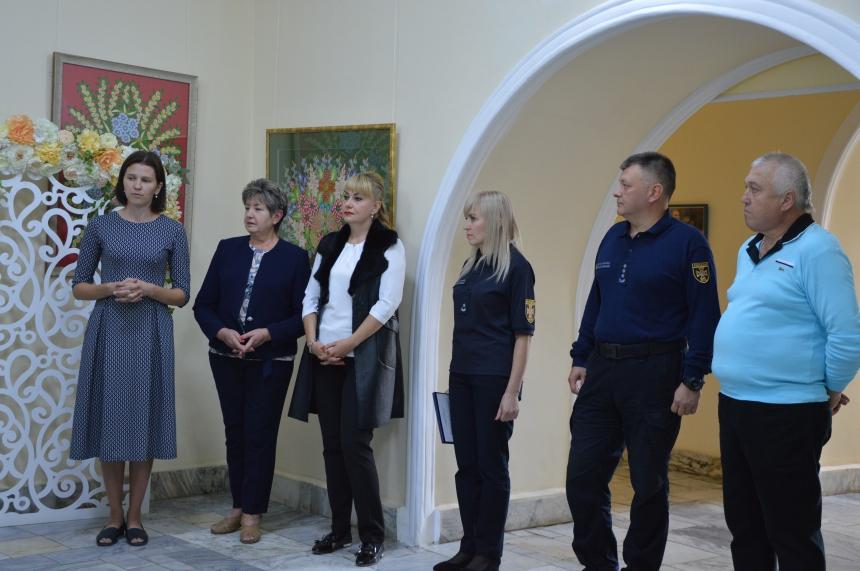 """В краєзнавчому музеї прикарпатські рятувальники презентували виставку фотознімків під назвою """"Робота рятувальників через призму об'єктива"""""""