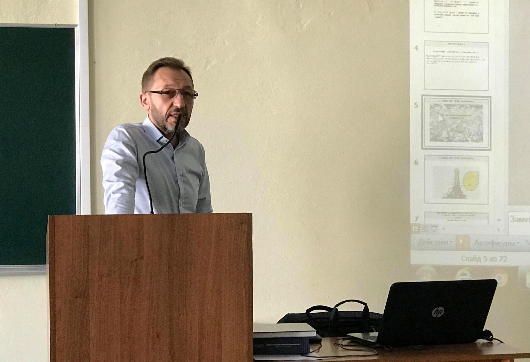В Івано-Франківську виступив відомий український економіст Володимир Панченко