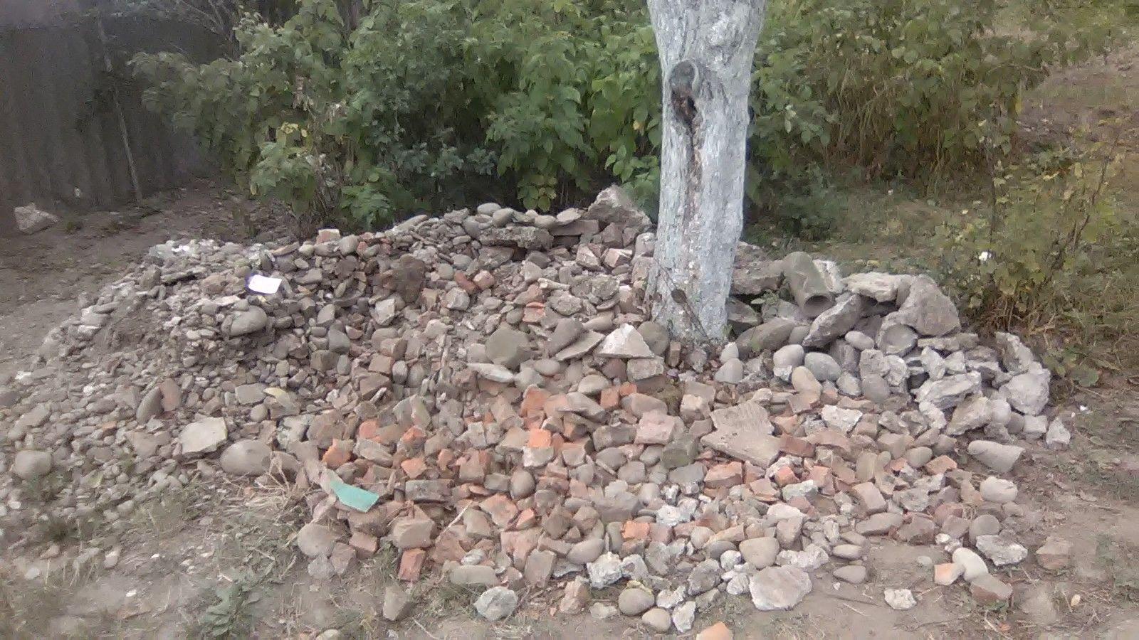 Невелика купа каміння та битої цегли